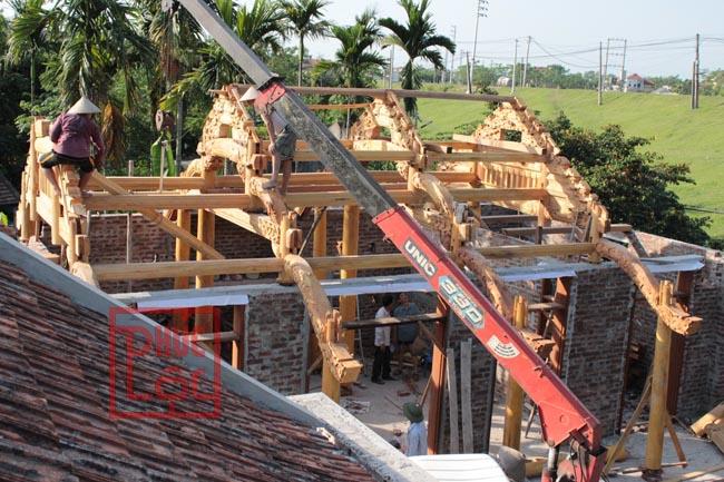Lắp dựng nhà 5 gian gỗ mít bằng cẩu
