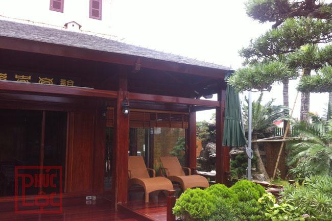 Nhà gỗ 3 gian bốn mái che bể bới