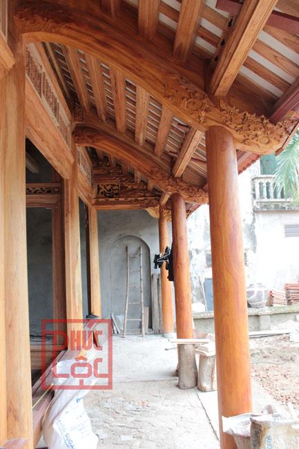 Hiên nhà gỗ 5 gian có cột hiên bằng gỗ mít