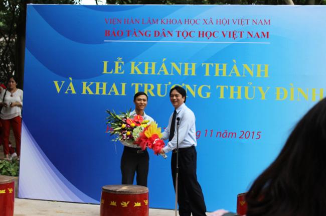 Giám đốc bảo tàng tăng hoa cảm ơn cty Làm Nhà Việt – Nhà gỗ Phúc Lộc