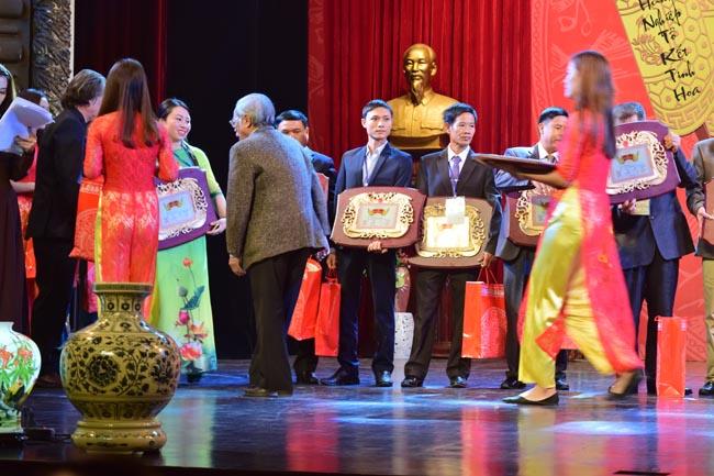 Ths.KTS Nguyễn Huy Khiêm lên nhận bảng vàng gia tốc nghề làm nhà gỗ