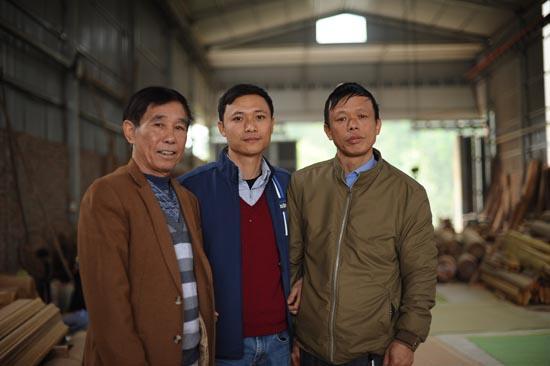 thợ giỏi trong xưởng nhà gỗ Phúc Lộcthợ giỏi trong xưởng nhà gỗ Phúc Lộc