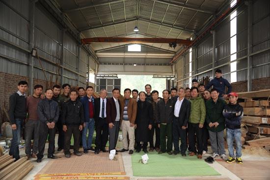 Tập thể các bác thợ trong xưởng nhà gỗ Phúc Lộc