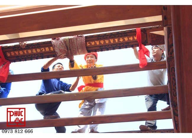 Các bác thợ Chàng Sơn làm lễ cất nóc nhà gỗ 5 gian