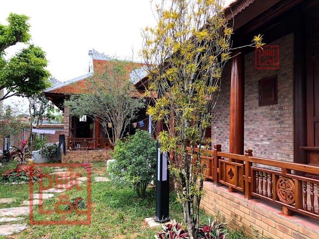 Một góc sân vườn và hanh làng nhà chính