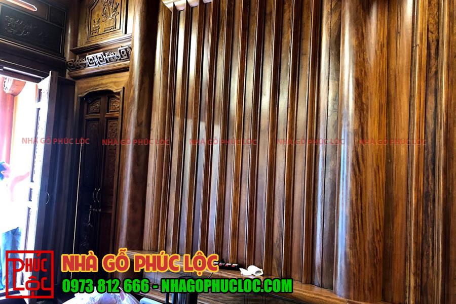 Vách tường được ốp gỗ kiểu vì đố vỏ măng