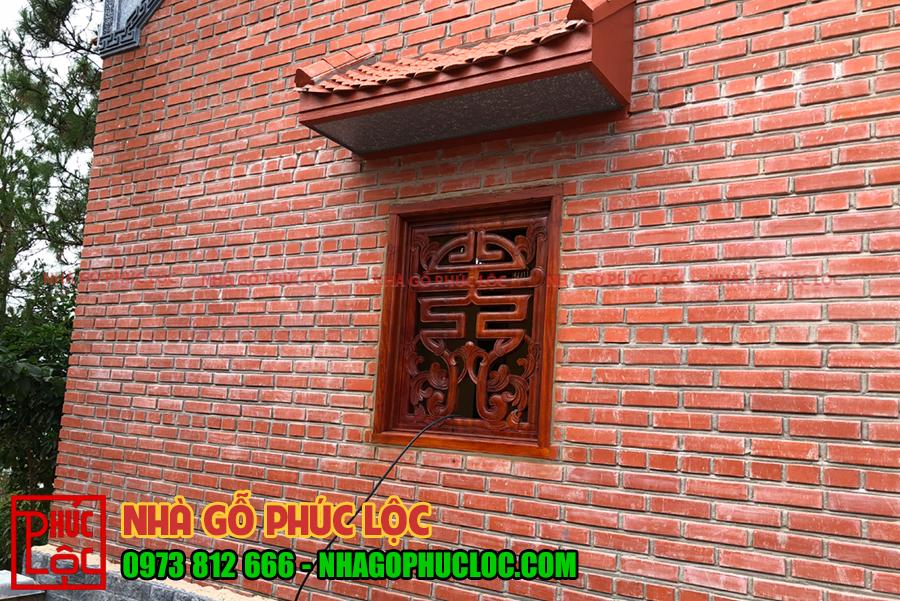Tường được xây gạch không trát, cửa sổ được làm khung gỗ kiểu chữ Thọ