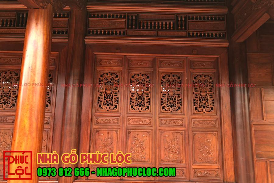 Cửa bức bàn được nghệ nhân nhà gỗ Phúc Lộc chạm trổ tinh sảo bắt mắt