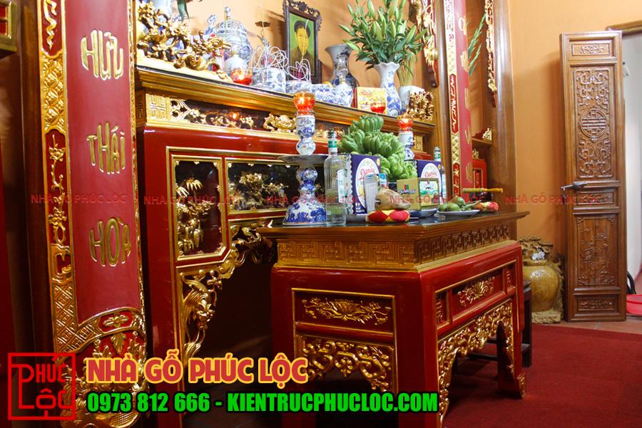 Khu gian thờ được sơn đỏ kết hợp dát vàng làm nổi bật không gian thờ cúng gia tiên