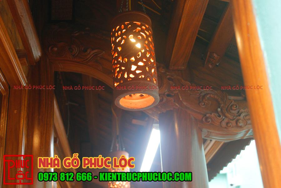 Cận cảnh đèn lồng với ảnh sáng tỏa ra đều làm nổi bật các chi tiết của cấu kiện nhà gỗ