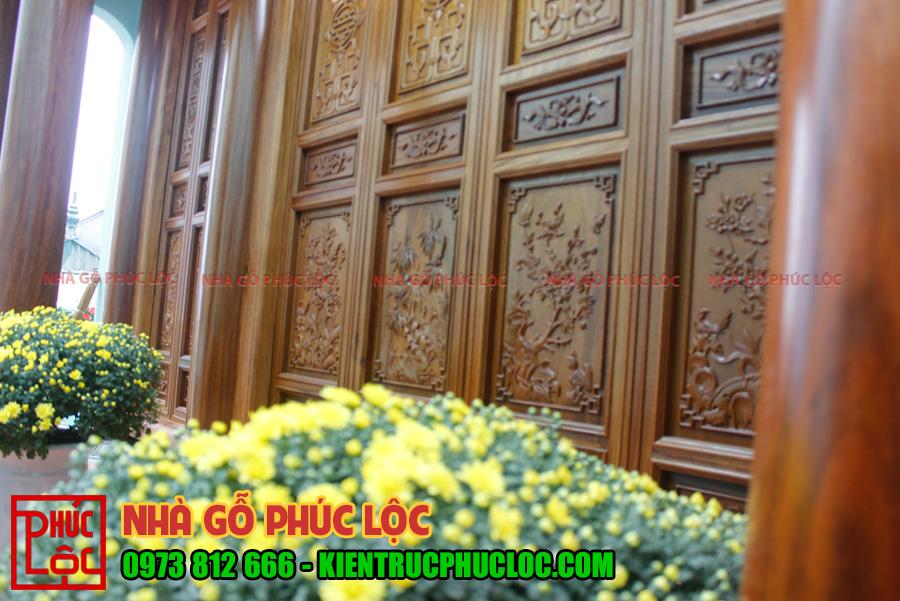 Bên ngoài của bức bàn của gian chính được chạm khắc tùng cúc trúc mai, mà trong nhà gỗ không thể thiếu