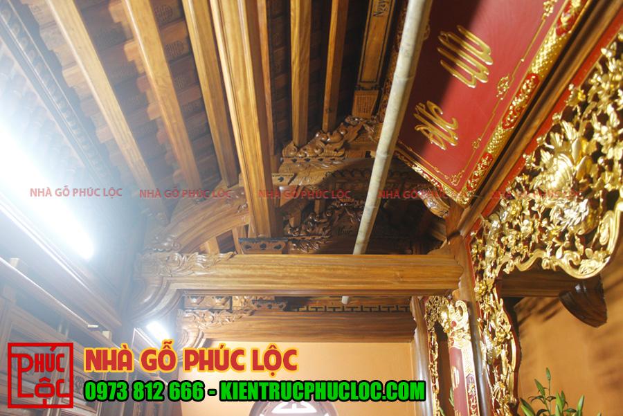 Phần mái nhà có rui làm 2 lớp được đục chữ thọ