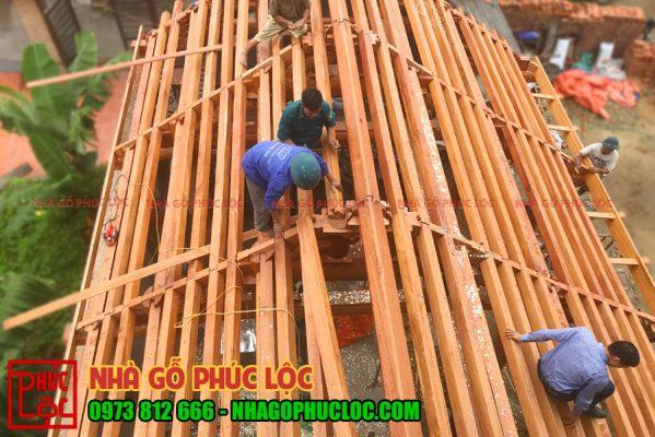 Quá trình lắp dựng hoành cho mái nhà gỗ