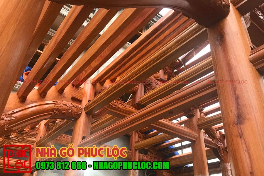 Chi tiết bên trong mái nhà gỗ gõ đỏ