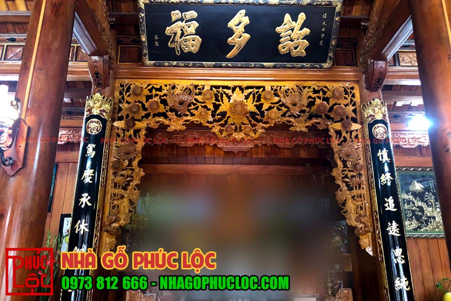 Khu gian thờ được trang trí hoành phi câu đối với chữ nho