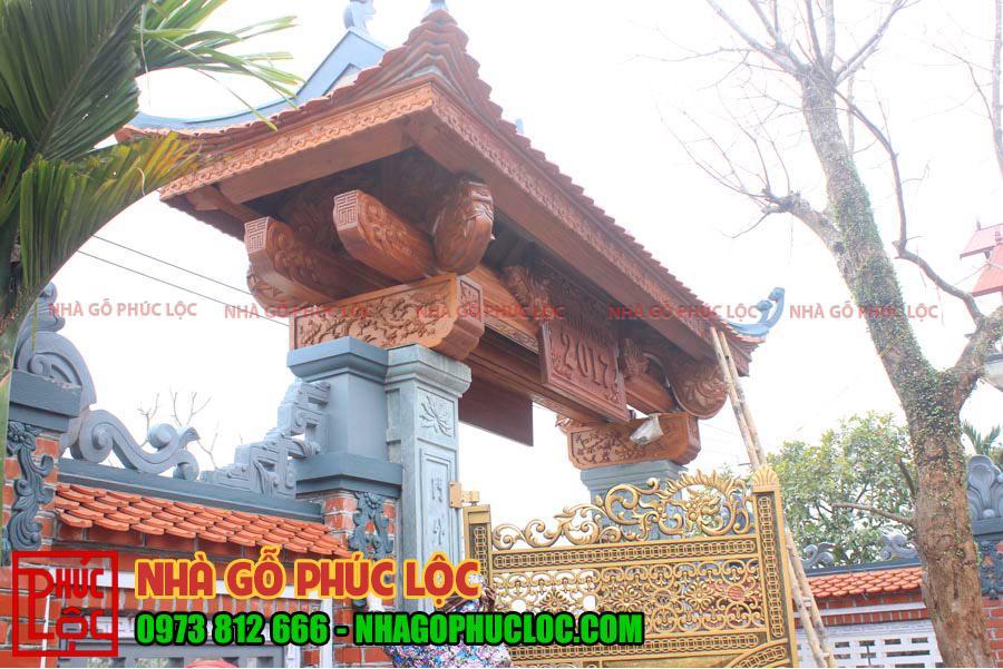 Mẫu cổng nhà gỗ đẹp với phần mái được thiết kế hoành tráng