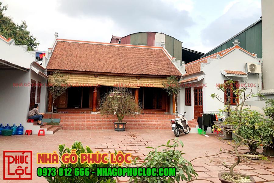 Phía bên ngoài ngôi nhà gỗ mít 3 gian ở Văn Lâm Hưng Yên