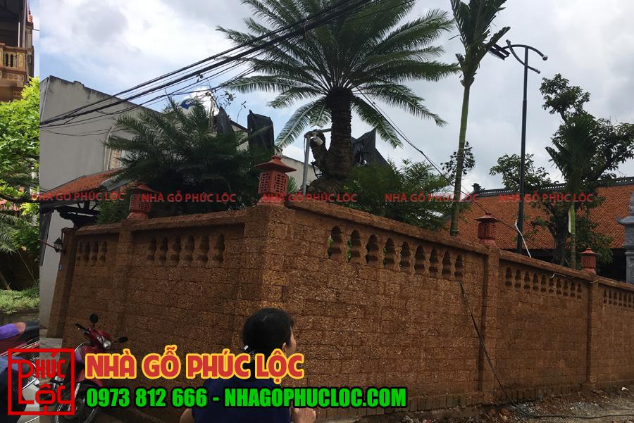Phần tường bao quanh nhà gỗ lim 3 gian sân vườn
