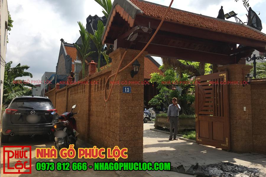 Phần cổng nhà gỗ lim 3 gian sân vườn
