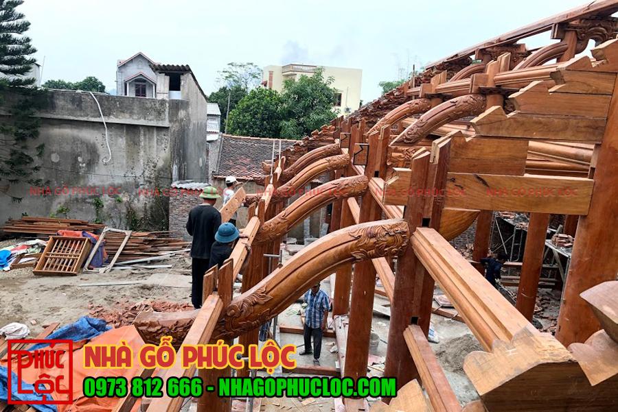 Hình ảnh các bác thợ đang lắp dựng nhà gỗ 5 gian bắc bộ