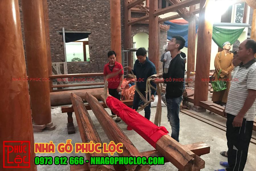Thanh nóc nhà được bọc bằng vải đỏ trong nghi lễ