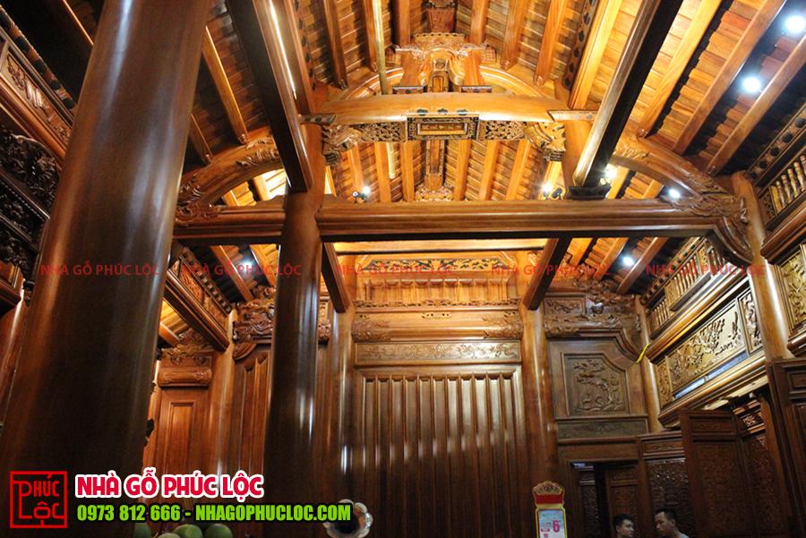 Toàn cảnh trong nhà được bố trí đèn led và đèn rọi tạo điểm nhấn các cấu kiện bên trên