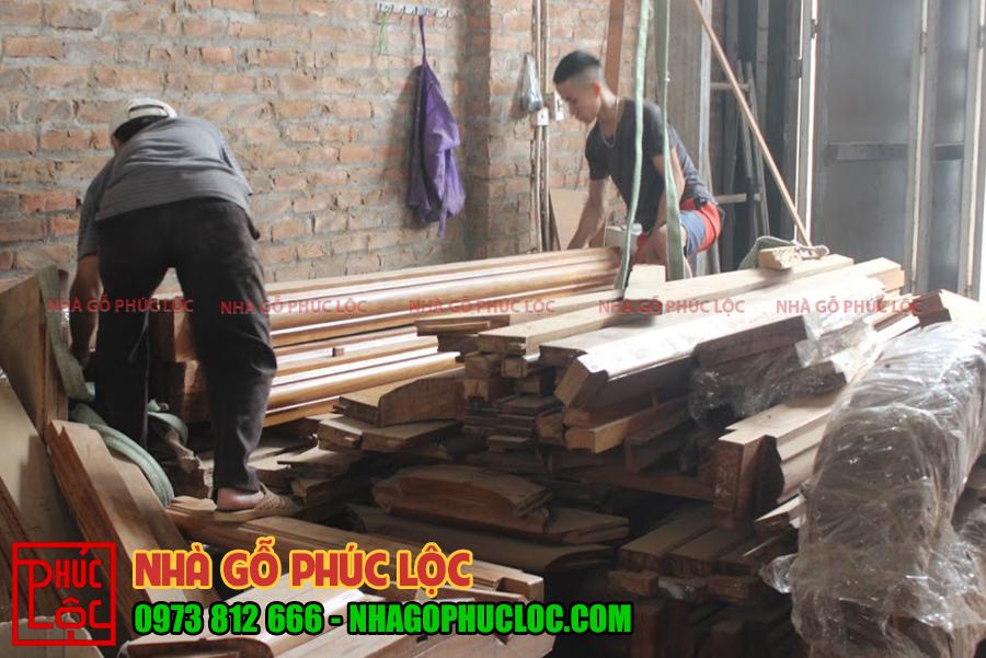 Các bác thợ buộc dây vào gỗ để cẩu trục hỗ trợ cho lên xe
