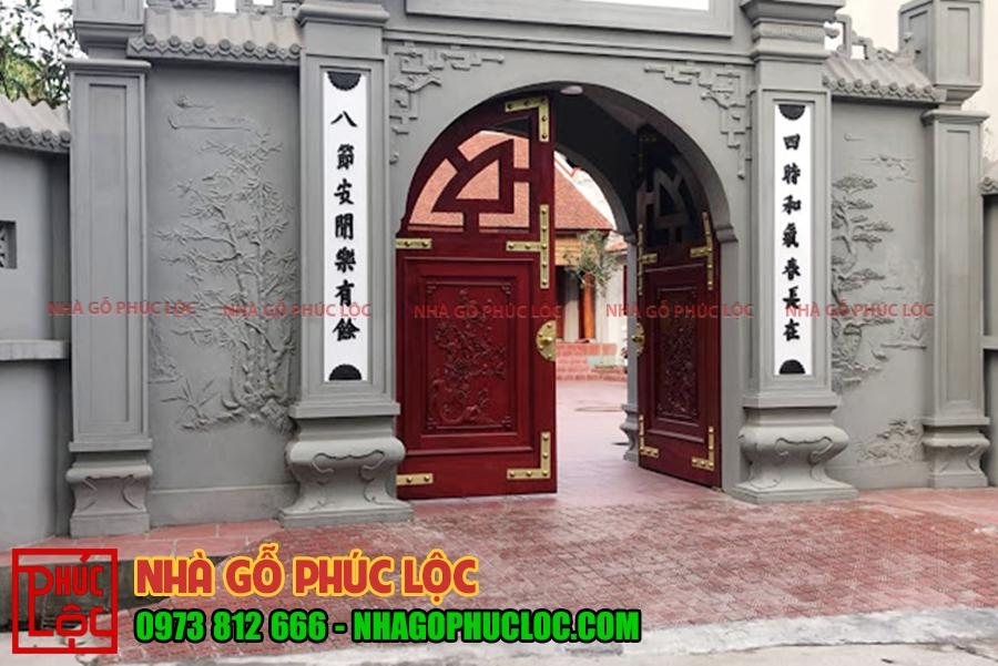 Hoa văn tùng trúc được trang trí ở cổng nhà gỗ