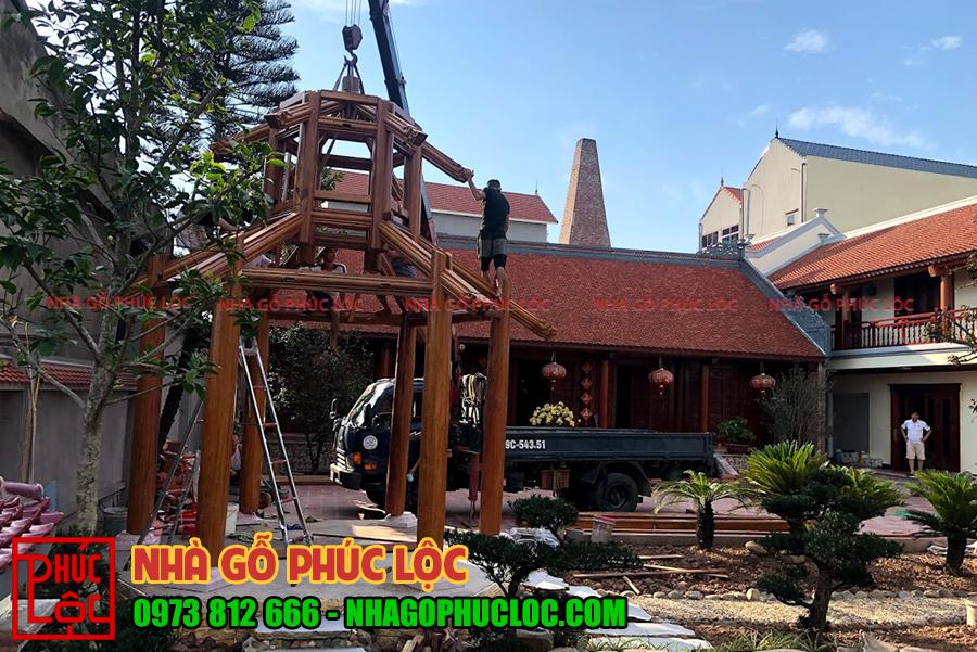 Những người thợ đang lắp dựng phần mái và gia cố cho chòi