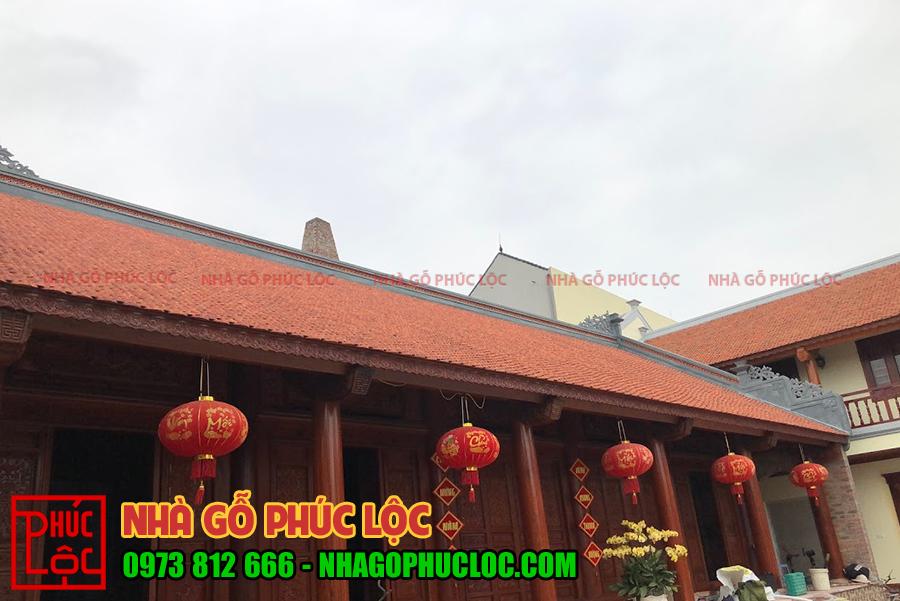 Mái nhà được lợp ngói ta thủ công