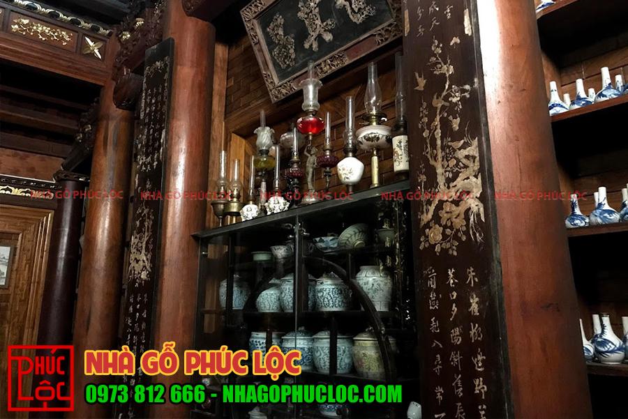 Phần dĩ của nhà gỗ 3 gian là nơi trưng bày nhiều đồ gốm sứ và đồ cổ