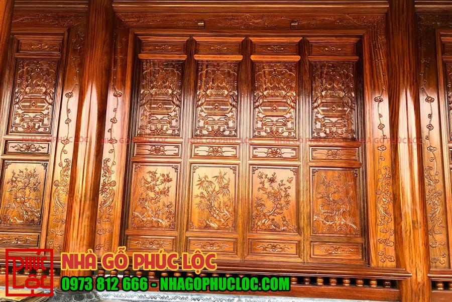 Hình ảnh tùng cúc trúc mai trên cửa bức bàn của nhà gỗ