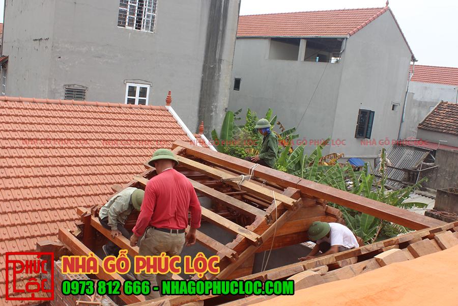 Hình ảnh người thợ lắp dựng phần mái của hậu cung nhà gỗ lim 3 gian