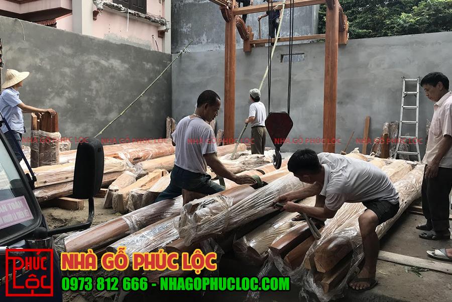 Quá trình lắp dựng các khung cột đầu tiên của nhà gỗ lim 3 gian