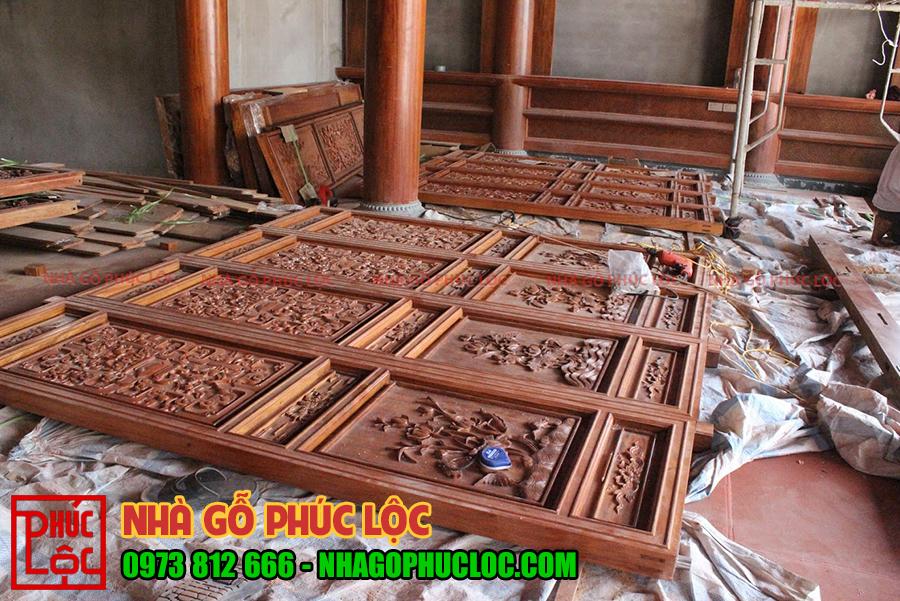 Cửa bức bàn của nhà gỗ đang chuẩn bị thi công lắp dựng