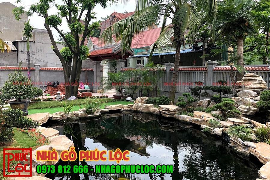 Cận cảnh hồ cá koi của nhà gỗ lim 5 gian sân vườn