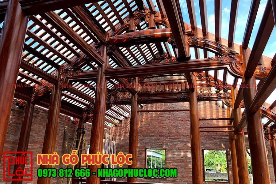 Bên trong nhà gỗ sau khi phần mái đang được lắp dựng