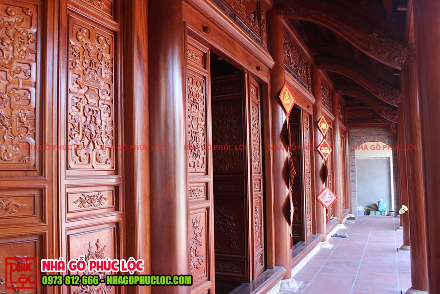 Phần hiên phía bên ngoài nhà gỗ truyền thống