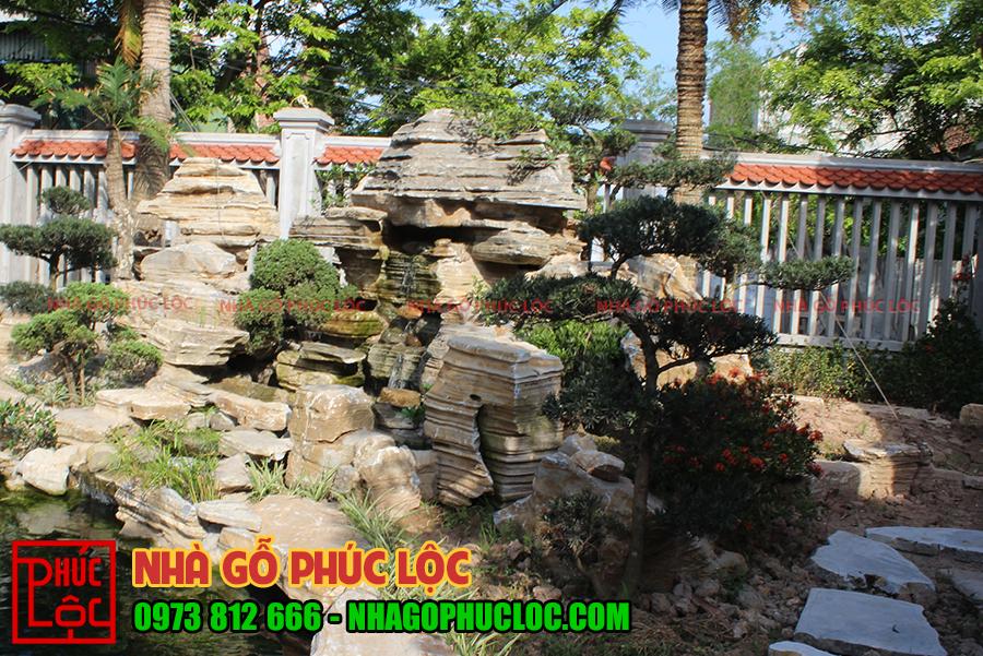 Phần thác nước làm bằng đá của nhà gỗ lim 5 gian