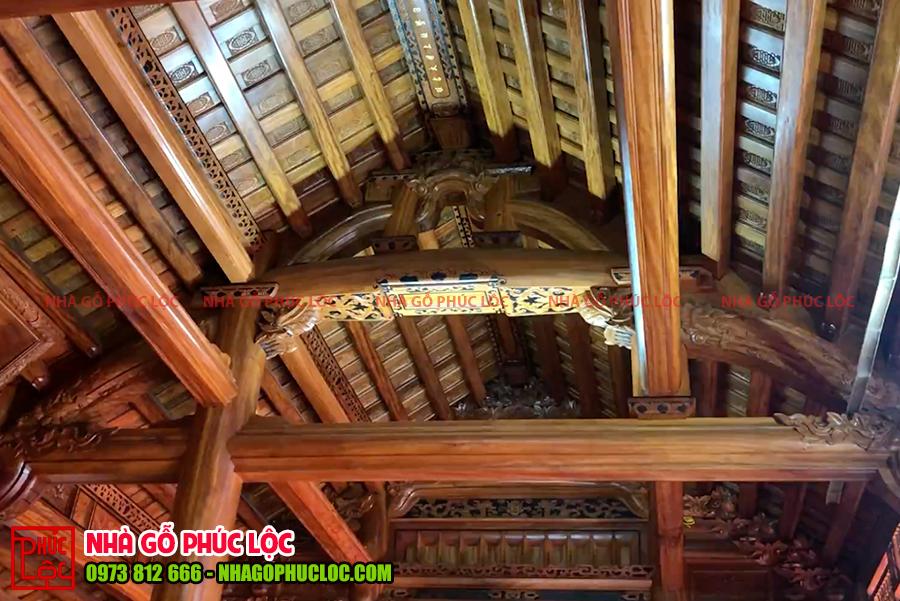 Bên trong nhà gỗ 3 gian 18 cột