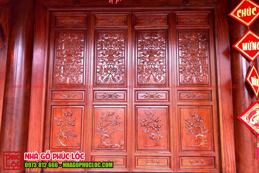 Cánh cửa bức bàn của nhà gỗ 5 gian được đục đào - lê - thủ - lựu