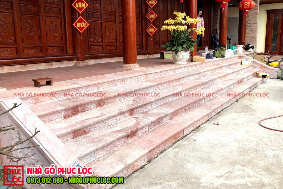 Bậc tam cấp của nhà gỗ cổ truyền bằng gạch đỏ