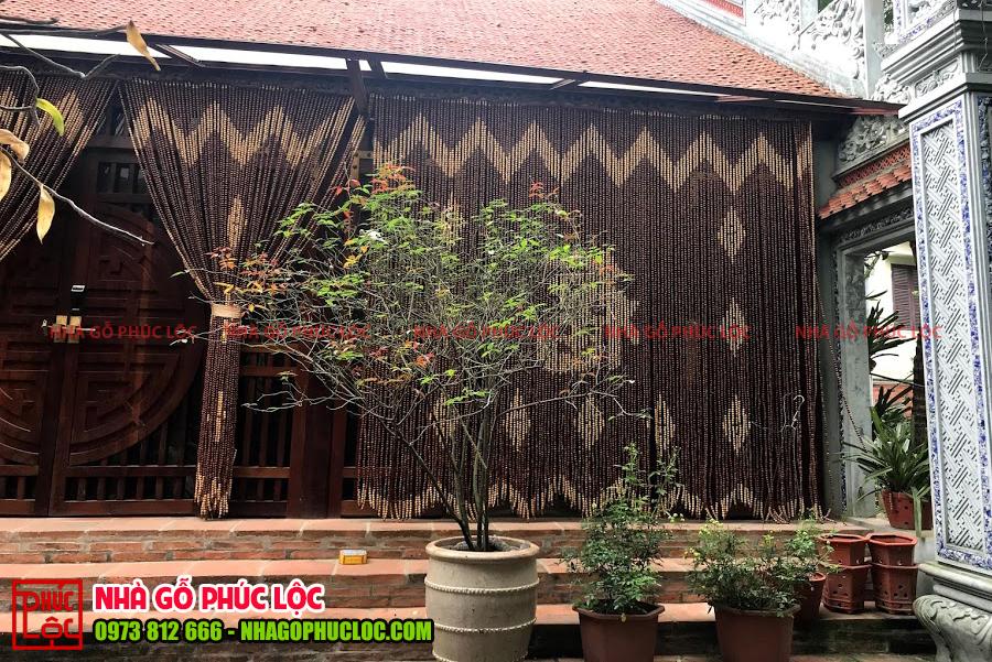 Bậc tam cấp của nhà gỗ 3 gian được làm bằng gạch