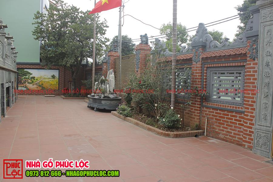 Gạch bát tràng được lát nền sân hợp với tông màu của căn nhà