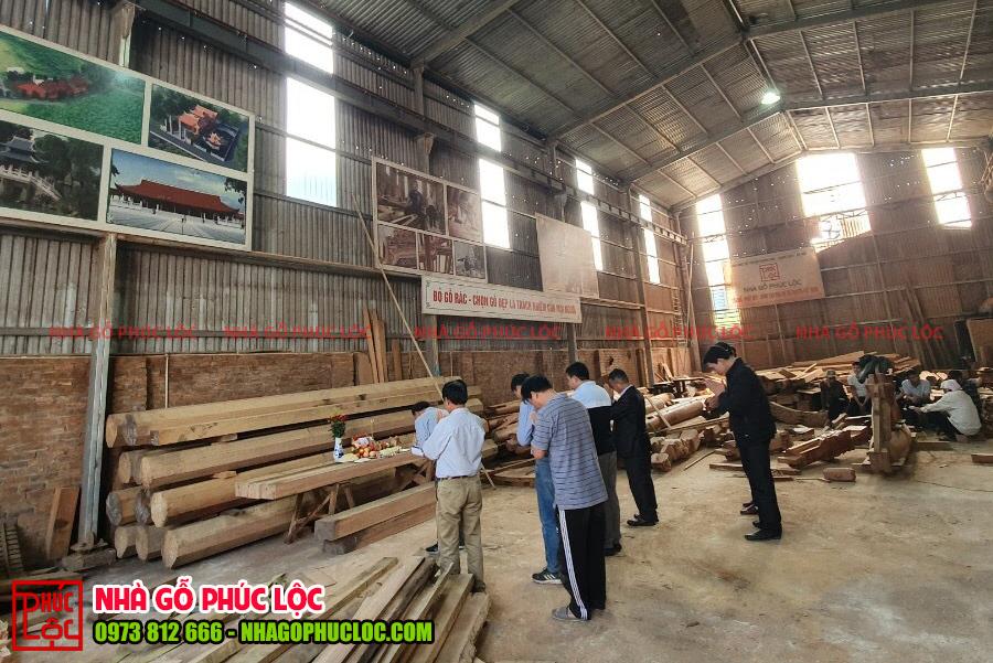Lễ cúng được thực hiện nghiêm trang tại xưởng nhà gỗ