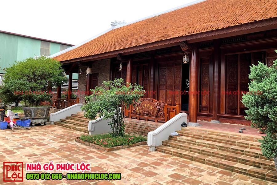 Tổng thể căn nhà gỗ 5 gian trong quần thể nhà gỗ sân vườn