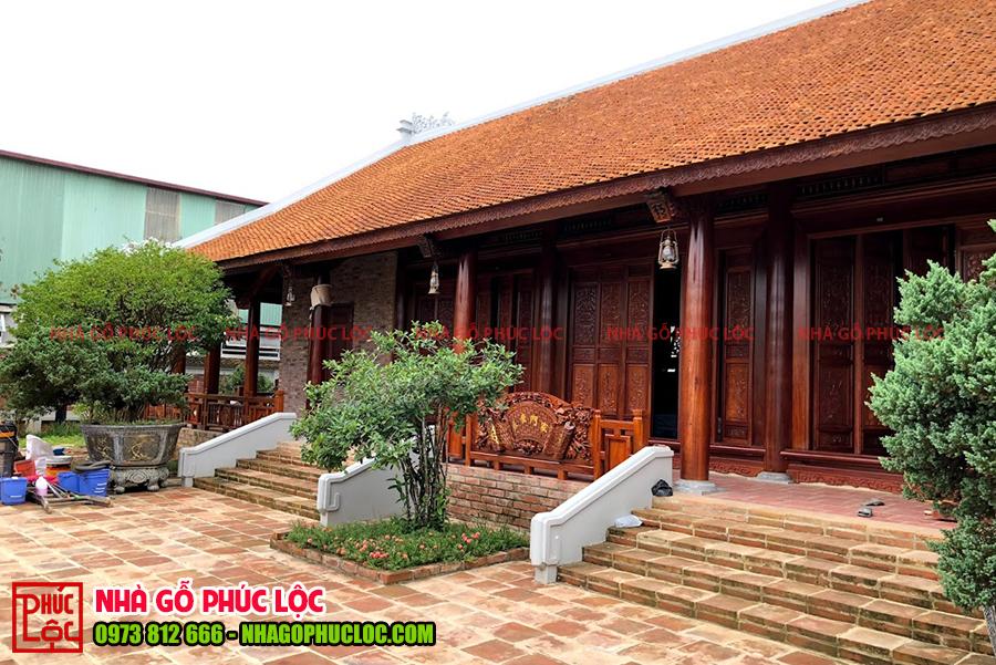 Mẫu nhà gỗ 3 gian 2 chái trong quần thể sân vườn rộng