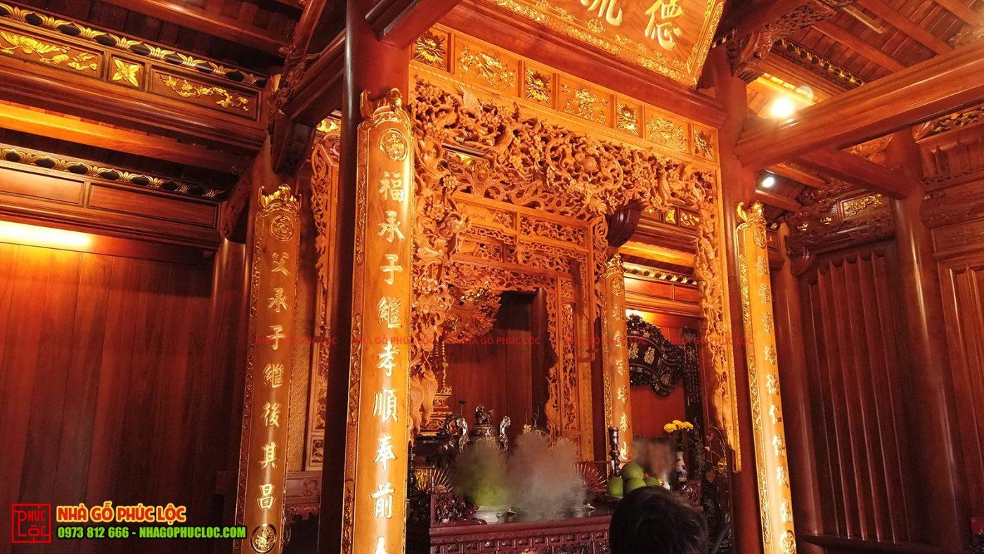 Đôi câu đối ở gian thờ cúng nhà gỗ 5 gian cổ truyền