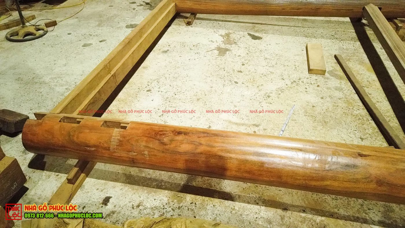 Các cột được đục các mông gỗ