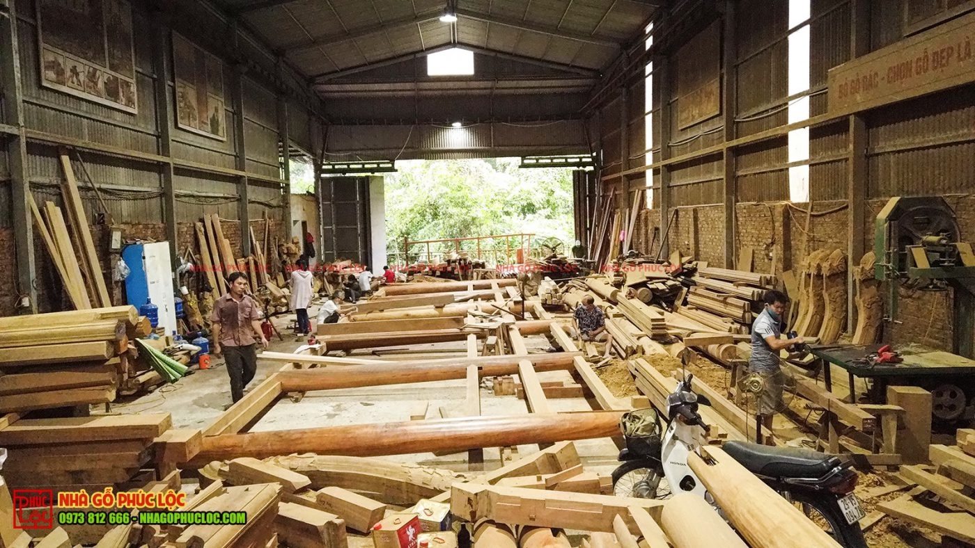 Toàn cảnh xưởng nhà gỗ đang lắp dựng thử nghiệm nhà gỗ lim 5 gian